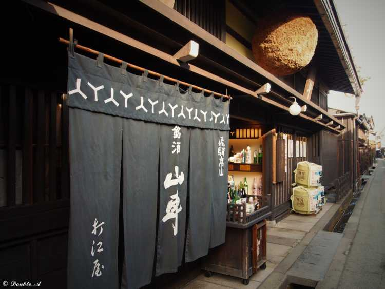 Fragrant Japanese Cedar Ball Is A Mark!  Great Sake Of Hida Takayama Valued As 'Light And Powerful', And Many Sake Breweries   Review of Retro Town In Takayama