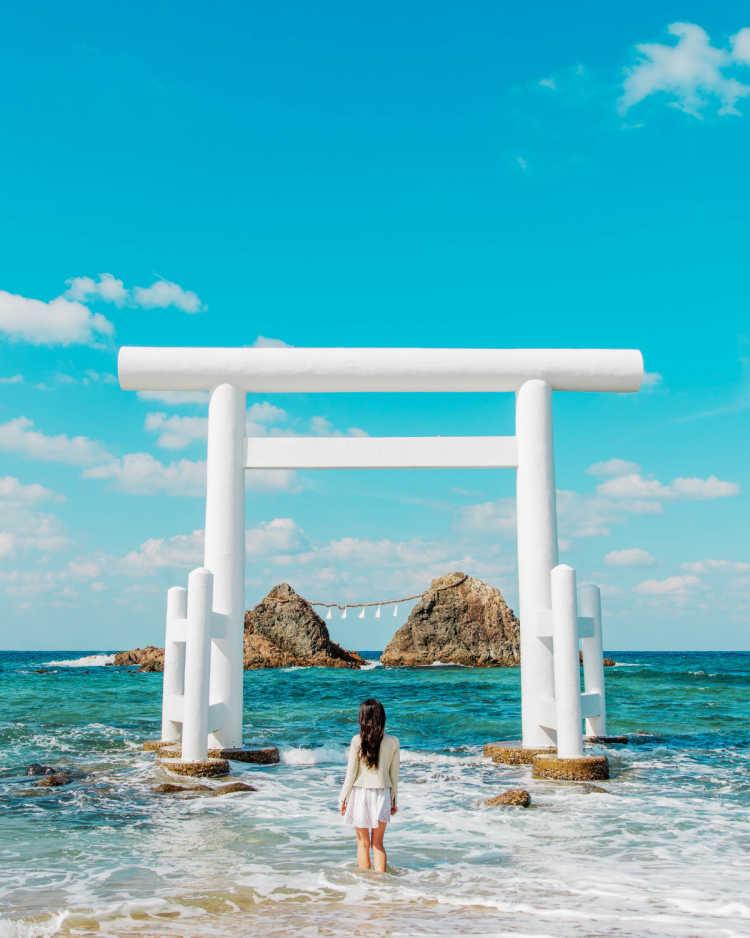 きれいな海にそびえ立つ白い鳥居   桜井二見ヶ浦の口コミ