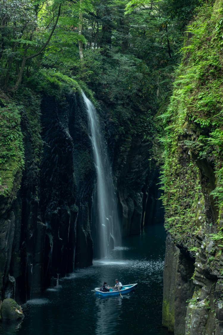 ボートで真下から見る真名井の滝 | 高千穂峡の口コミ